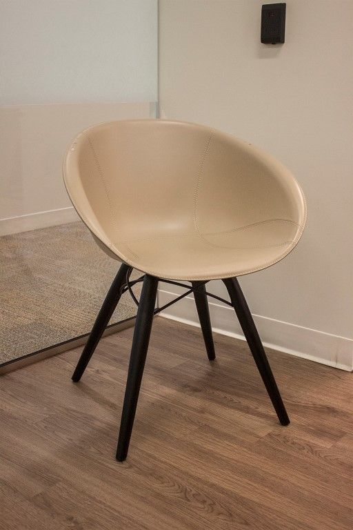 Pre-owned The Chair Factory Gliss 904/F has Grey tecnopolymer shell upholstered with leather.