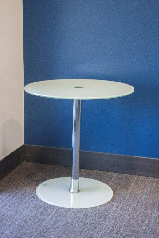 Pre-owned round side table has green frostend tempered glass finish. Base features chrome post with green frosted tempered glass disc base.